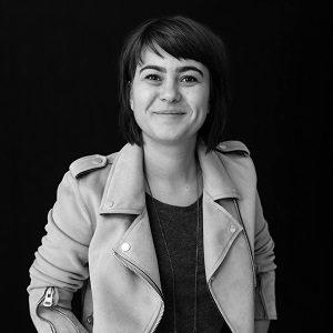 Silvia Floarea, Scrisul face bine.. Silvia Floarea, portret. Foto credit: Alex Gâlmeanu